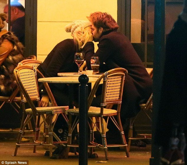 chris pine kissing girlfriend