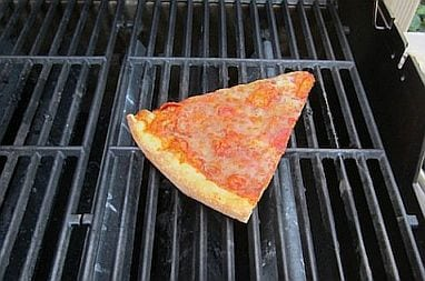 pizza-reheat-on-the-grill