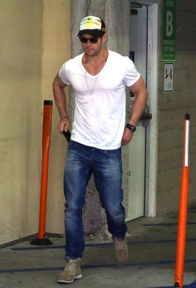 Chris Hemsworth jeans tshirt